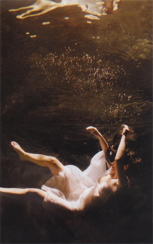 فتاة تغرق
